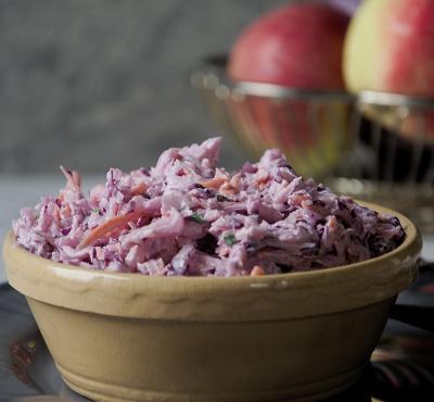 Surówka coleslaw z czerwoną kapustą