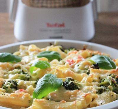 Kremowa zapiekanka z brokułami, szynką i suszonymi pomidorami