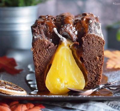 Ciasto korzenne z gruszkami i sosem karmelowym