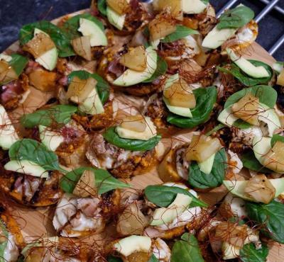 Wspaniałe bruschetty z prosciutto, domowym pesto i niteczkami chilli.
