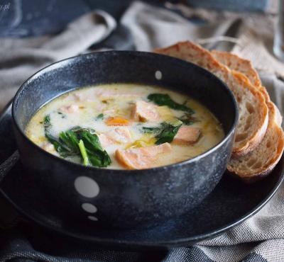 Szybka zupa z łososiem i szpinakiem