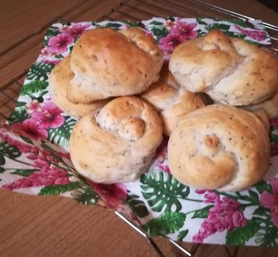 Bułki pszenne z nasionami chia i słonecznikiem.