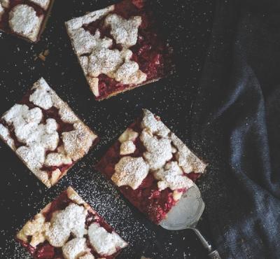 Kruche ciasto z truskawkami i migdałową kruszonką
