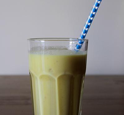 Koktajl bananowo - ananasowy z mlekiem kokosowym.
