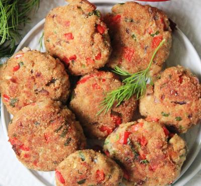 Kotlety mielone z papryką, czerwoną cebulką i natką pietruszki