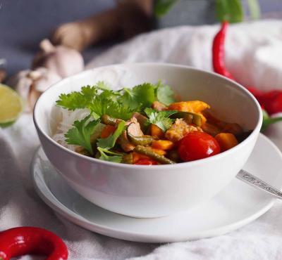 Czerwone curry z rybą, fasolką i batatami