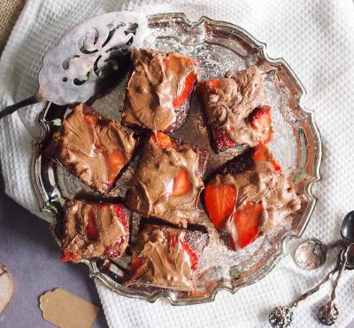 Podwójnie czekoladowe brownie z truskawkami