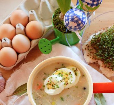 Żurek wielkanocny z białą kiełbasą i jajkiem