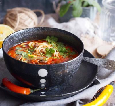 Ekspresowa tajska zupa z mięsem i makaronem