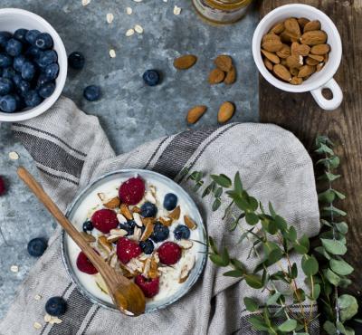 Owsianka z owocami, migdałami i miodem